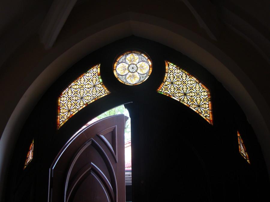 Witraż widoczny od wewnątrz kościoła św. Andrzeja .